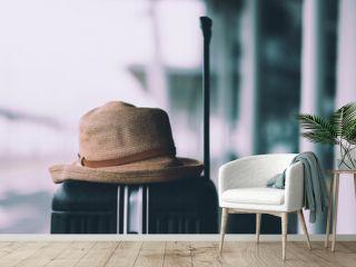 帽子とキャリーケース