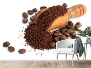 mouture et grains de café dans une petite pelle en bois