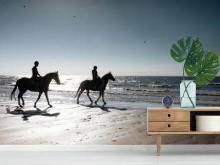 2 cavalièrese le soir sur la plage