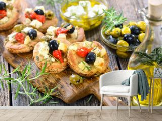 Warme griechische Vorspeise: Überbackene Pita-Brötchen mit Feta, Oliven, Minipaprika und Olivenöl - Warm Greek appetizers: Baked pita bread with  feta cheese, olives, peppers and herbs
