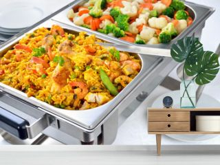 Kleines warmes Buffet  mit Paella und gemischtem Buttergemüse - Warm buffet with Spanish paella and mixed buttered vegetables served in a chafing dish