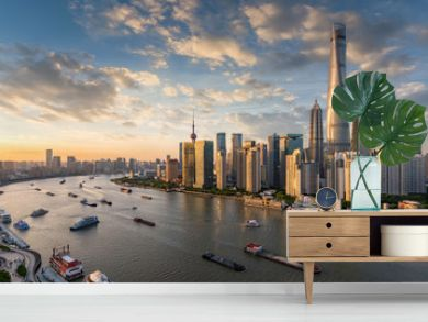 Blick auf die modernen Wolkenkratzer der Skyline von Shanghai bei Sonnenuntergang, China