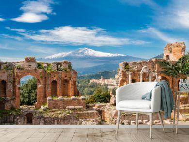 Griechisch-römisches Theater in Taormina mit Ätna im Hintergrund  Sizilien  Italien