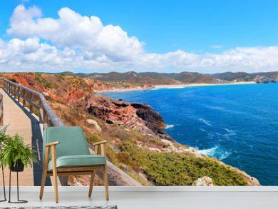 traumhaft schöner Küstenwanderweg mit Holzsteg an der Costa Vicentina, Algarve Portugal