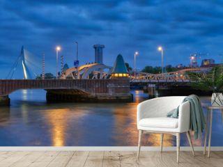 Historische Brücke in Rotterdam zur blauen Stunde
