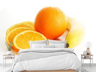 Orange mit Orangenscheiben und Banane