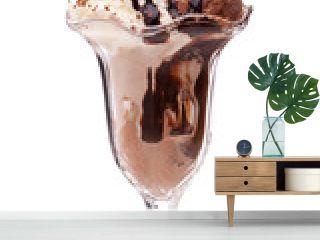 Schokoladeneisbecher mit Waffeln und Soße