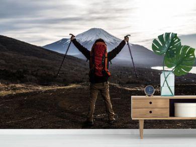 登山をする男性、ステッキ、喜ぶ、歓喜  手を上げる