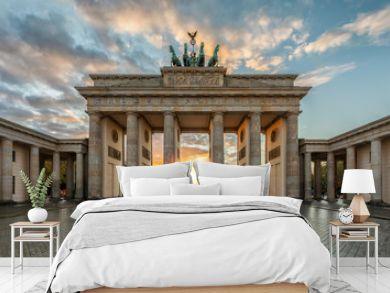 Sonnenuntergang hinter dem Brandenburger Tor in Berlin, Deutschland