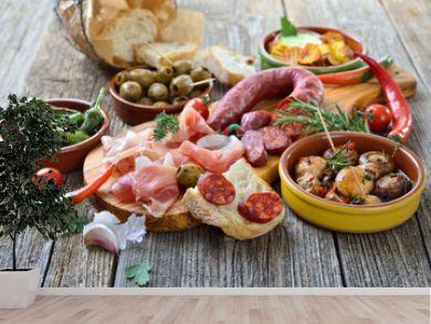 Iberische Spezialitäten: Spanische Chorizo, Serrano-Schinken und  weitere Tapas  – Typical Iberian bar food: Spicy chorizo sausage, Serrano ham and other mixed tapas