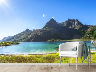 Trollfjord, Strand mit Haus, Lofoten, Skandinavien, Norwegen
