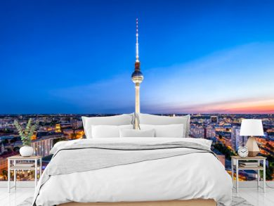 Berlin Skyline mit Fernsehturm bei Nacht