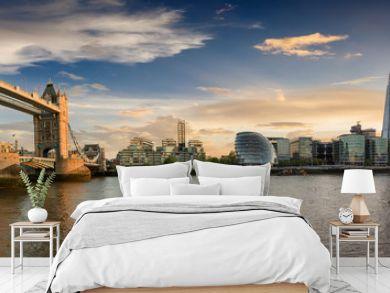 Die Skyline von London bei Sonnenuntergang: von der Tower Bridge bis zur London Bridge
