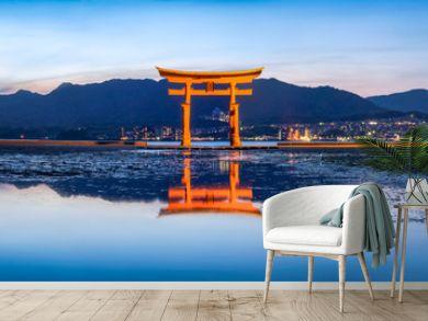 Das rote Tor (Torii) des Itsukushima Schreins in Miyajima, Japan