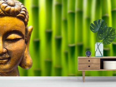 goldener buddha kopf im bambus garten