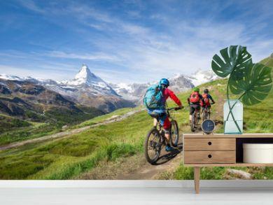Mit dem Mountainbike vorbei am Matterhorn in den Schweizer Alpen, Kanton Wallis, Schweiz