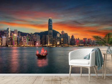 Blick auf den Victoria Harbour und die beleuchtete Skyline von Hong Kong nach Sonnenuntergang
