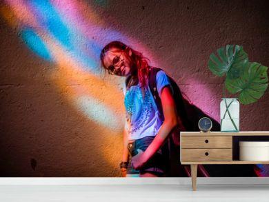 Jeune fille sous un vitrail dans L'église de Pontgibaud