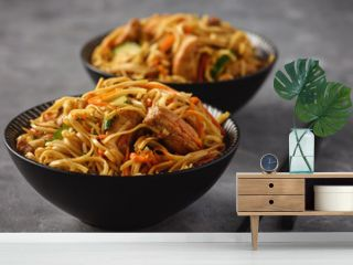 Spicy asian noodles with chicken and vegetables.