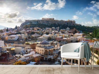 Blick über die verschneite Altstadt von Athen, die Plaka, zur Akropolis mit dem Parthenon Tempel im Winter. Griechenland