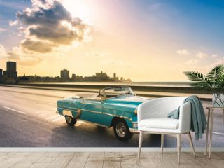 Amerikanischer mint blauer Cabriolet Oldtimer auf dem berühmten Malecon im Sonnenuntergang in Havanna Kuba - Serie Kuba Reportage