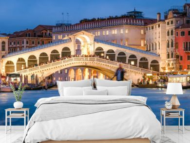 Panoramic view of the Rialto Bridge and Canal Grande in Venice, Italy