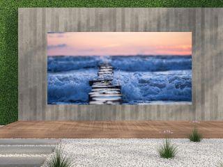 Bune im Meer im Sonnenaufgang