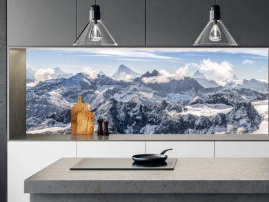 large panorama sur une chaîne de montagne enneigées des Alpes suisses