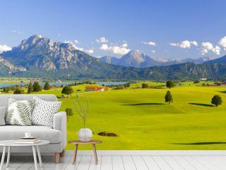 Panorama Landschaft in Bayern mit Alpen, Berge und Wiesen im Allgäu