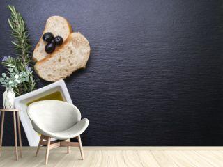 Weißbrot mit Oliven und Rosmarin auf Schiefertafel - Hintergrund