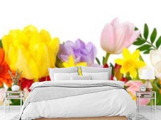 Breite Bordüre aus bunten schönen Blumen, isoliert auf weiß