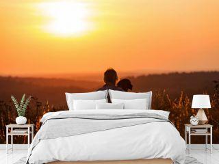 Frau umarmt ihren Hund im romantischen Sonnenuntergang