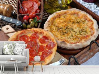 Duas pizzas, pepperoni e queijo