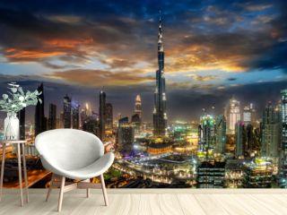 Blick auf die Business Bay in Dubai mit den modernen Wolkenkratzern bei Sonnenaufgang