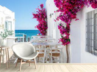 Typisch weiße Gasse mit Oleander Blumen auf einer Kykladen Insel in Griechenland im Sommer