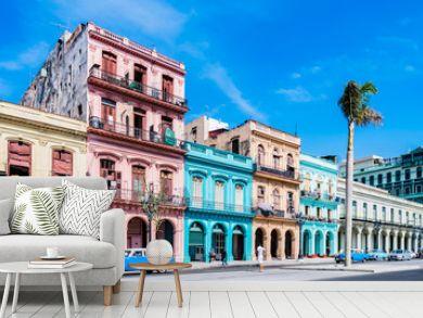 """Die Hauptstraße in Havanna """"Calle Paseo de Marti"""" mit alten restaurierten Häuserfronten und Oldtimer auf der Straße - Panorama - in Kuba"""