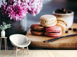 Macarons colorés goût vanille chocolat café et fruits rouges