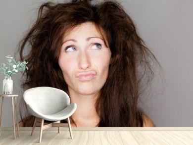 frau unzufrieden mit ihrem haar