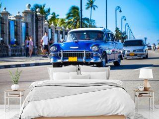 Fahrender Oldtimer auf der Promenade in Kavanna Kuba