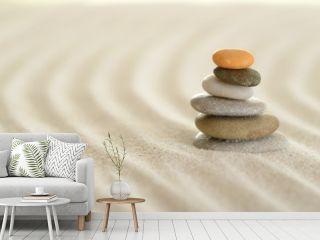 Spuren im Sand mit Steinpyramide