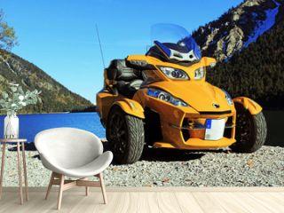 Motorsport - Gelbe Can Am Spyder an einem See