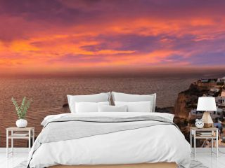 Dramatischer Sonnenuntergang hinter Oia, Santorini, Griechenland