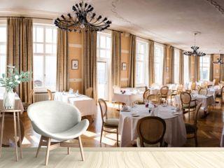 Jugendstil Speisesaal mit Kronleuchter und gedeckten Tischen