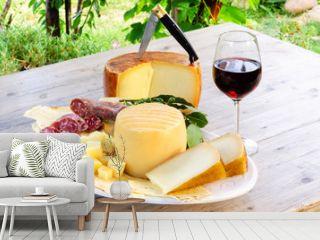 Vassoio di pecorino, pane carasau, vino cannonau e salame, cibo dalla Sardegna