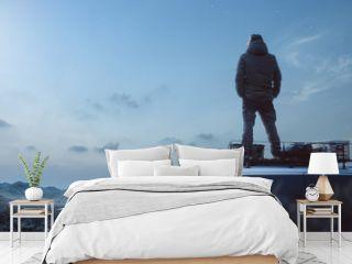 Mann genießt die Nacht auf dem Dach seines Camper-van