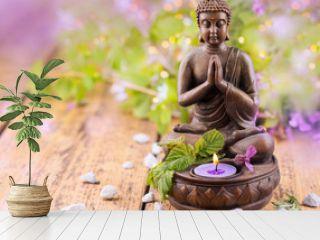 Betender Buddha mit Kerze und Lavendel