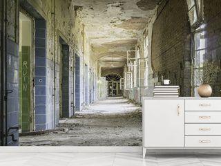 Verfallener, baufälliger Flur in einem leerstehenden Krankenhau